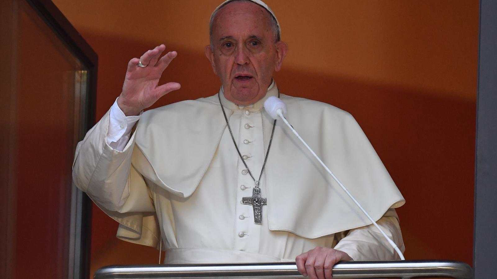 Papež káže z takzvaného papežského okénka v Krakově