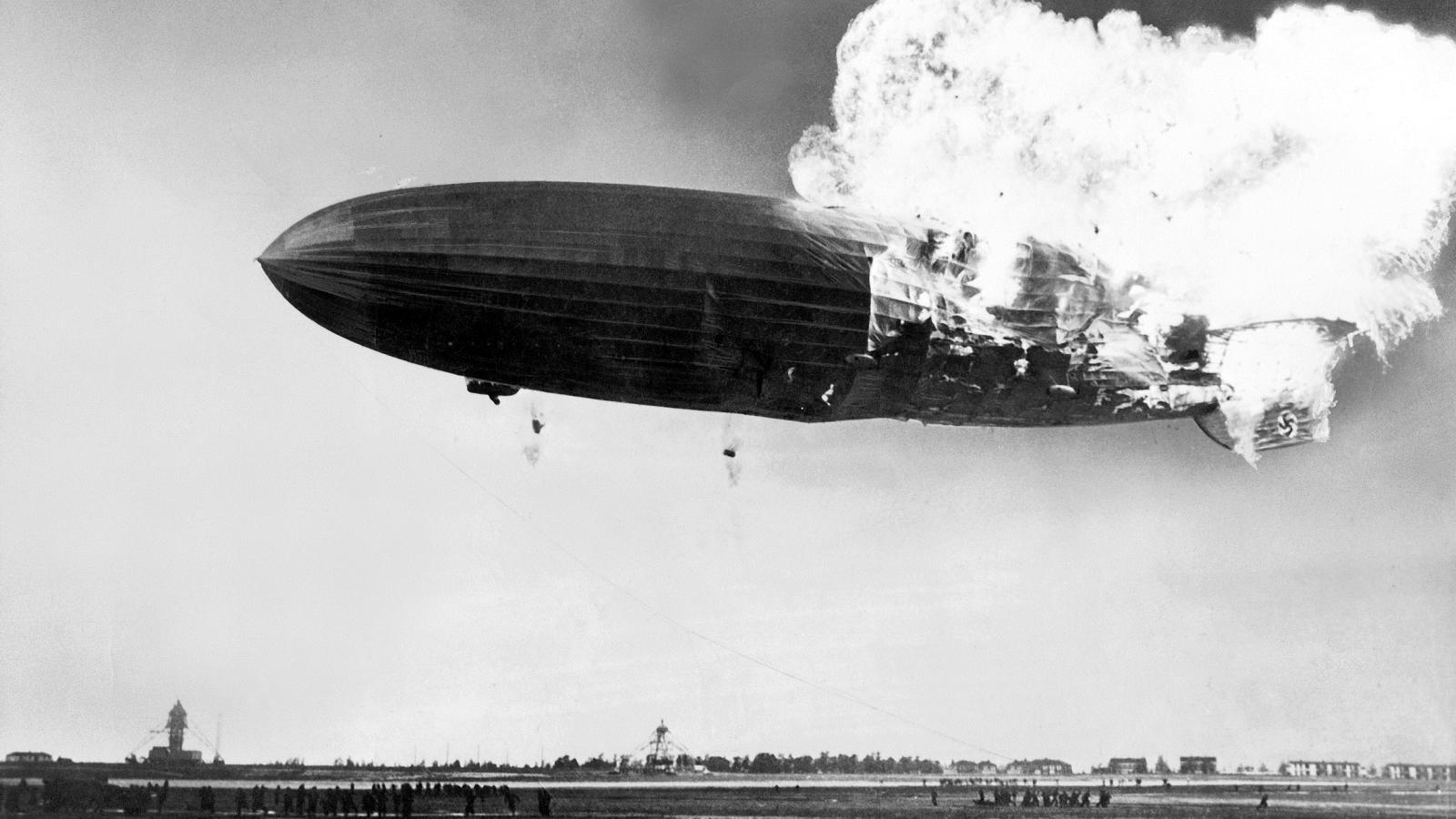 Požár německé vzducholodi Hindenburg při přistávání na letišti Lakehurst v New Jersey (6. května 1937)