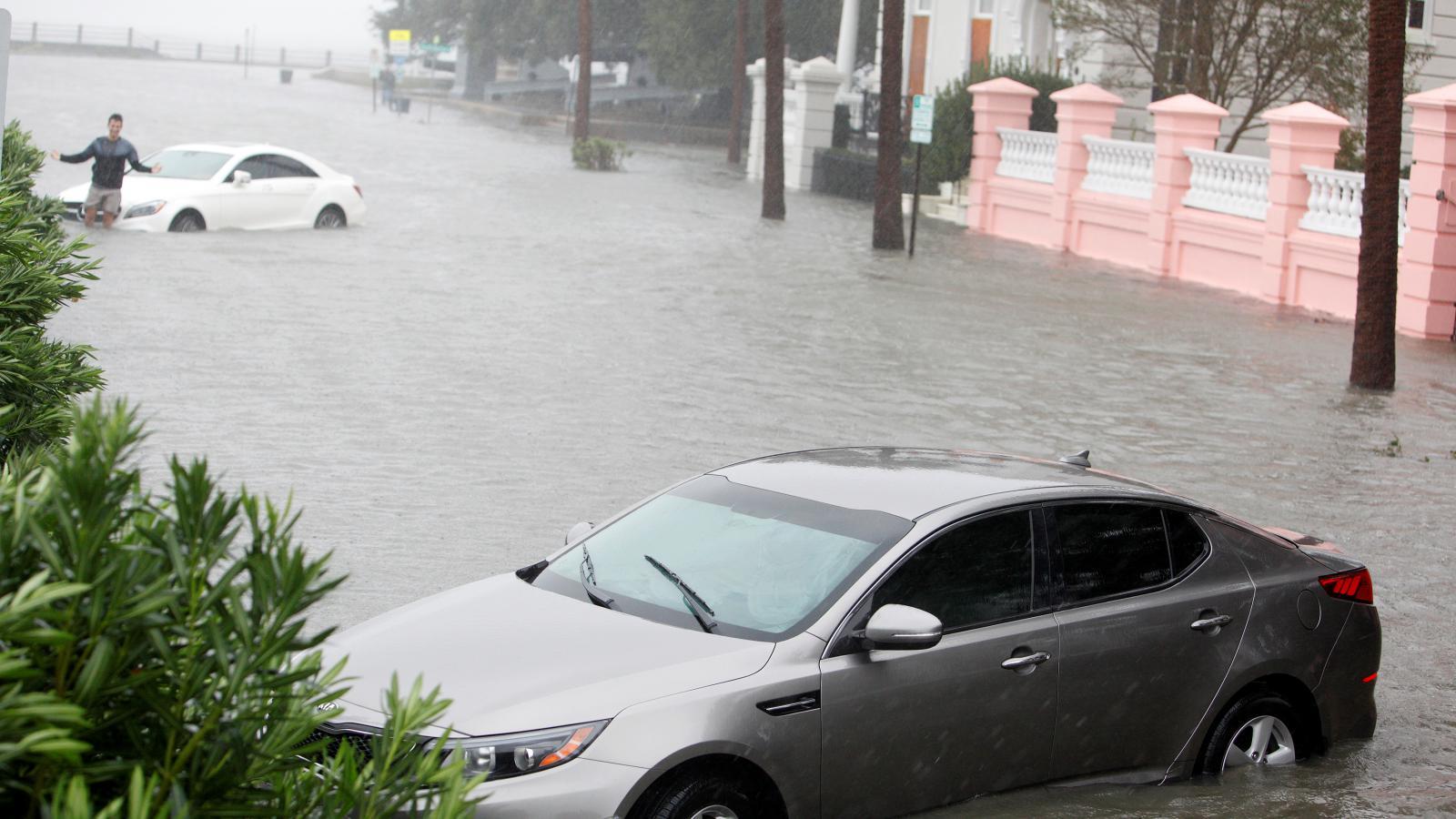 Zaplavená auta v ulicích Charlestonu v Jižní Karolíně
