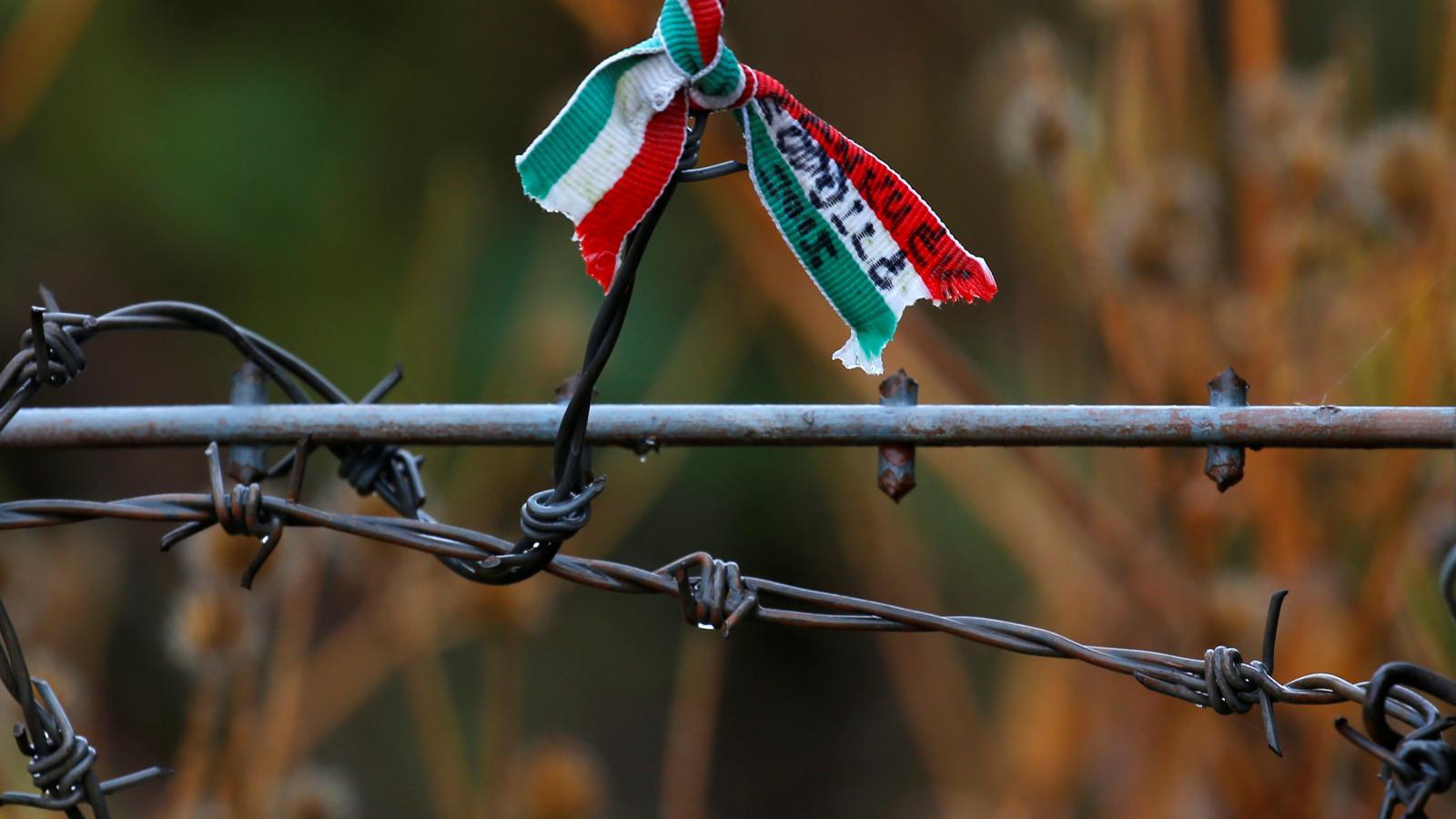 Maďarská vlajka na ostnatém drátu u místa, odkud uteklo po roce 1956 na 200 tisíc Maďarů