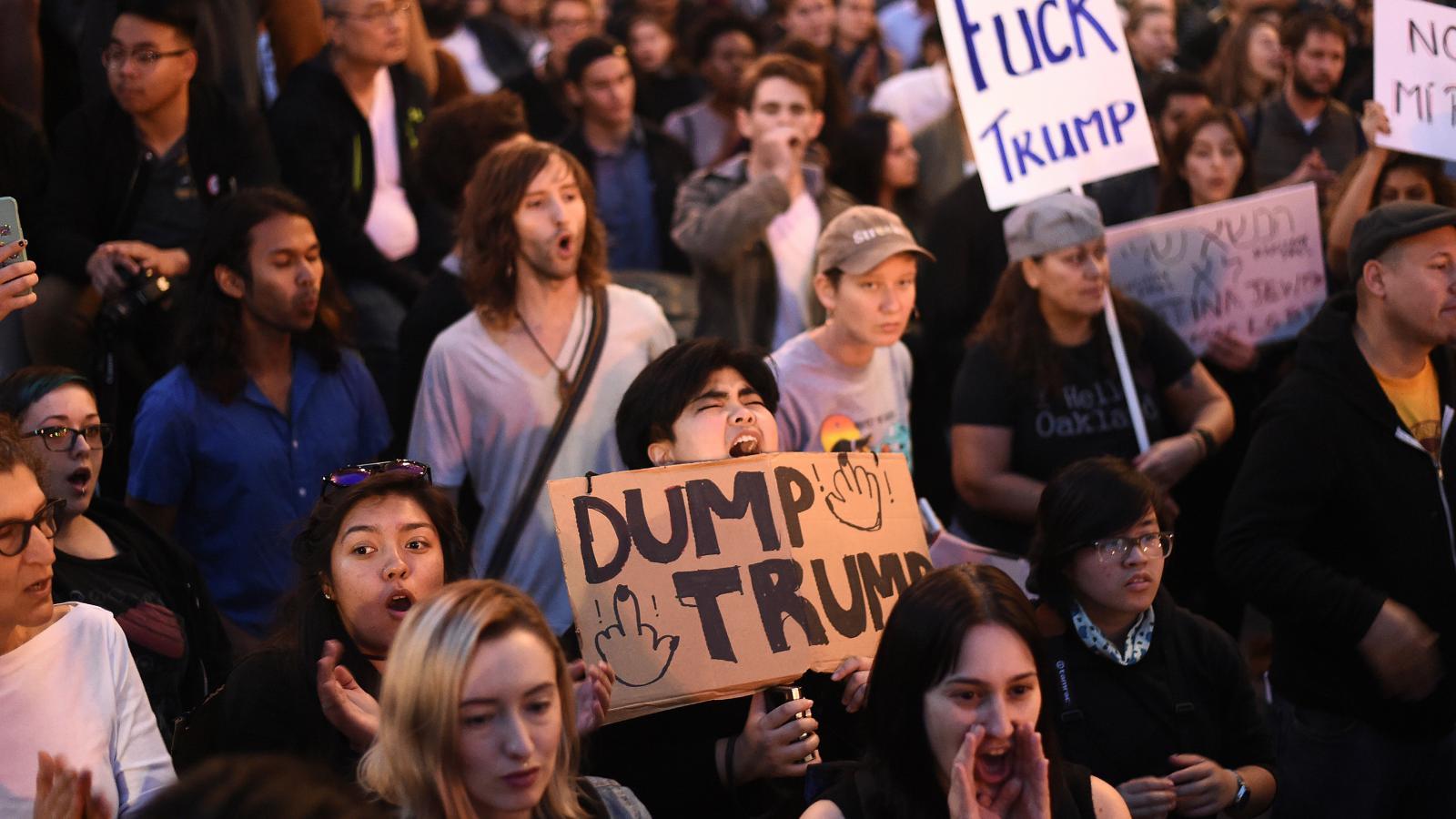 Demonstranti vystrčili na Trumpa prostředníček