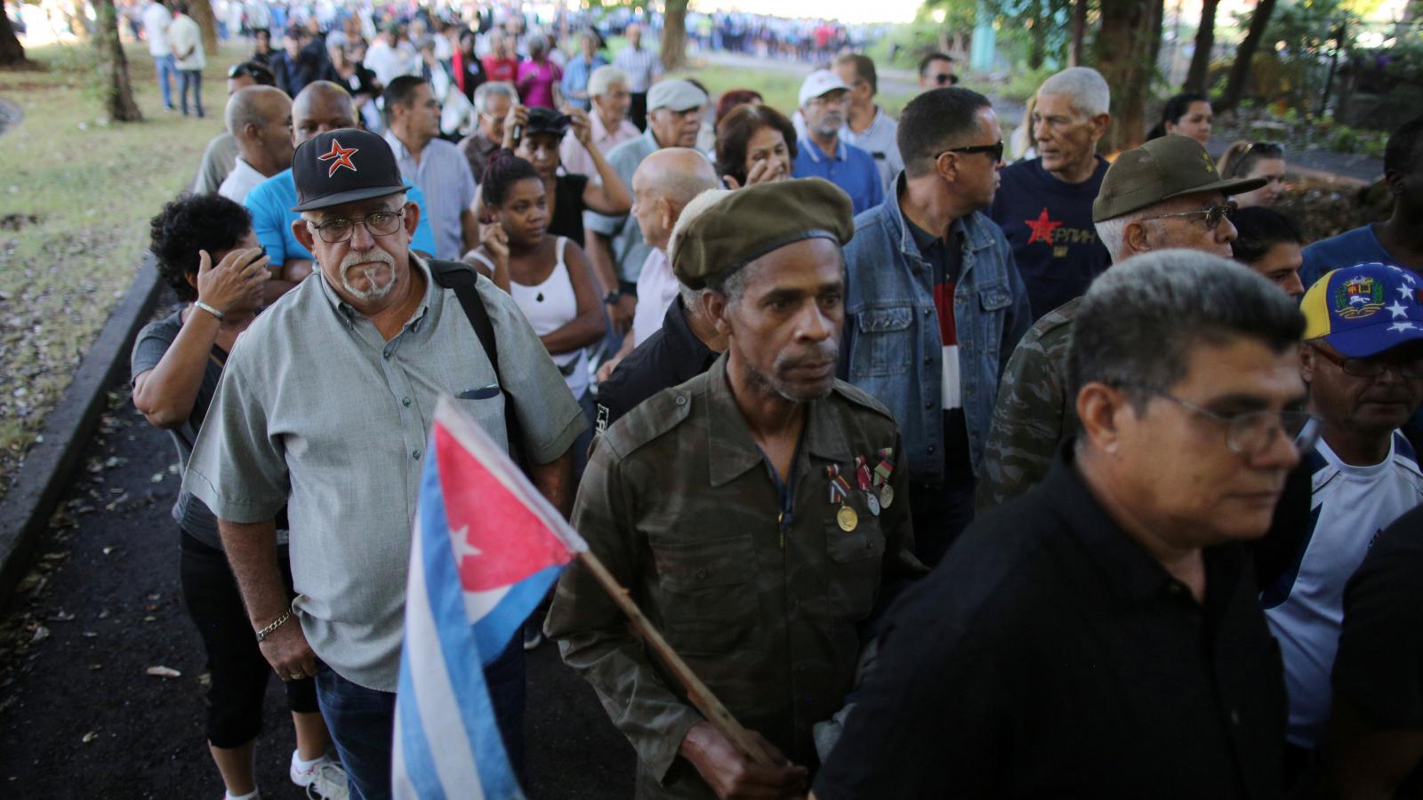 Kubánci stojí frontu v Havaně před památníkem