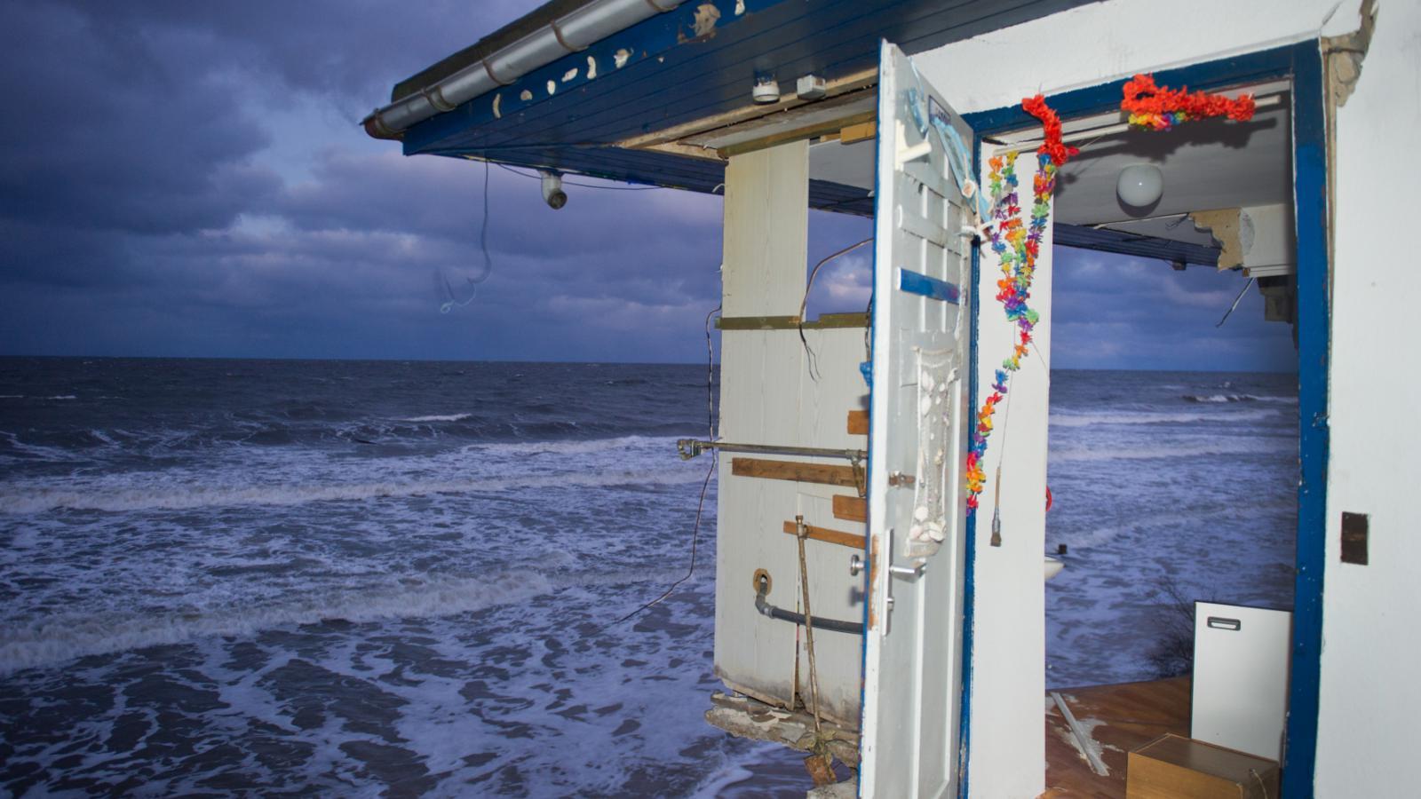 Po bouři. Zbytky stánku na pláži u města Zempin v Německu