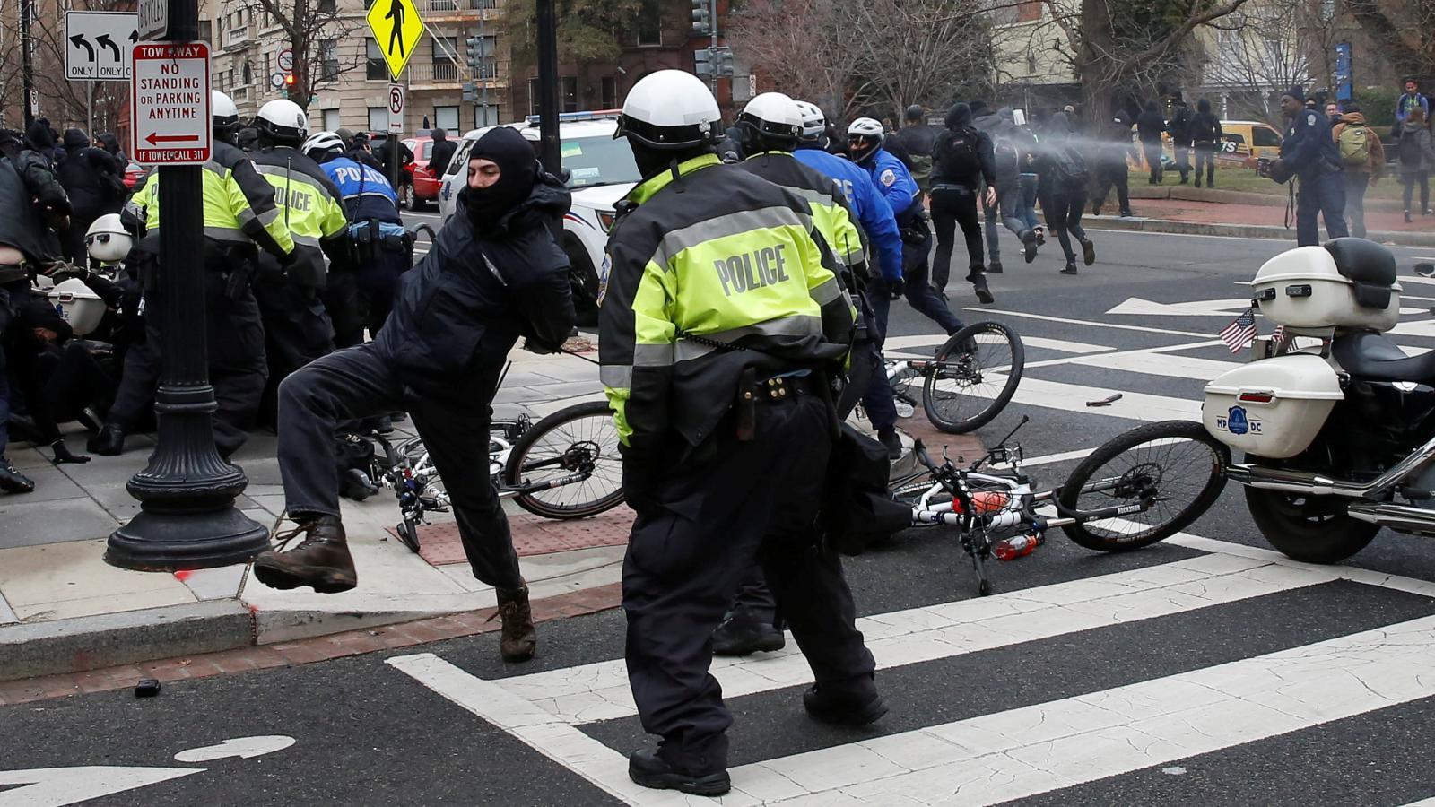 Střety policie s protestujícími odpůrci Trumpa