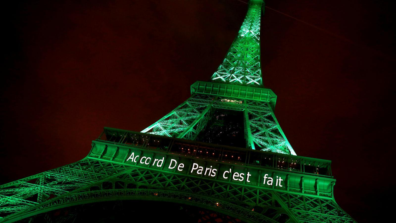 Eiffelova věž se zbarvila do zelené