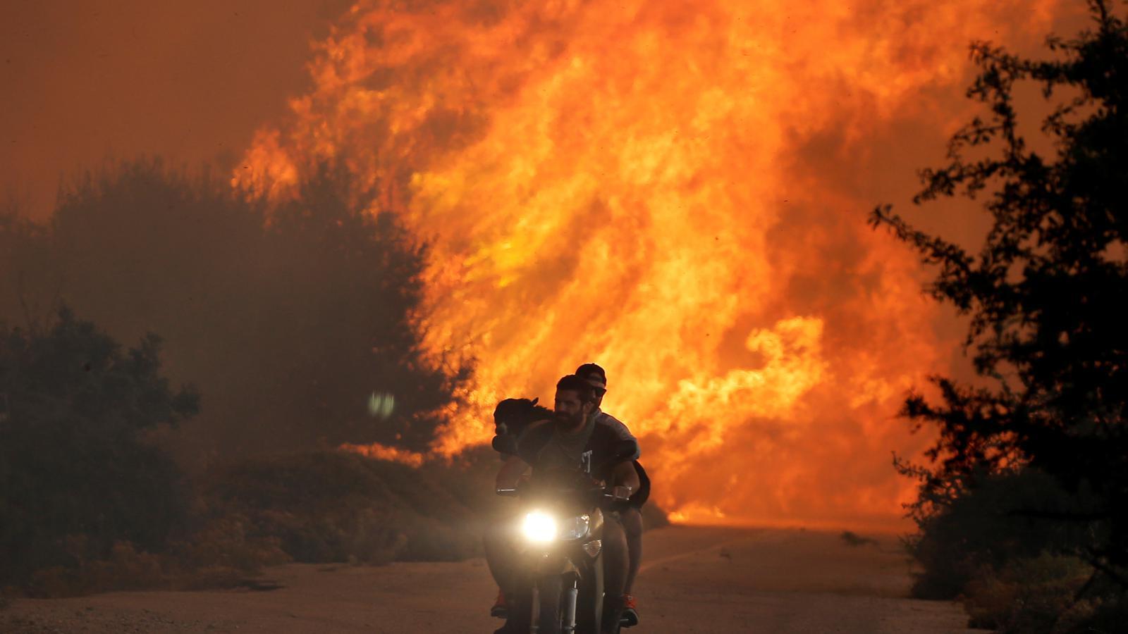 Požár u obce Varnavas poblíž Atén