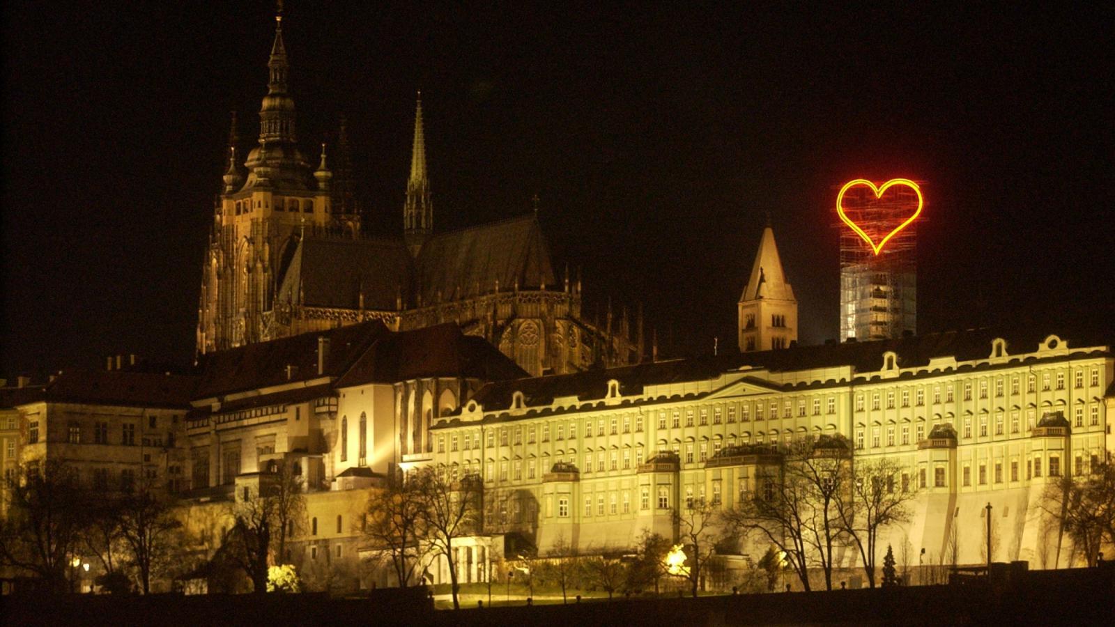 Neonové srdce od Jiřího Davida nad Pražským hradem