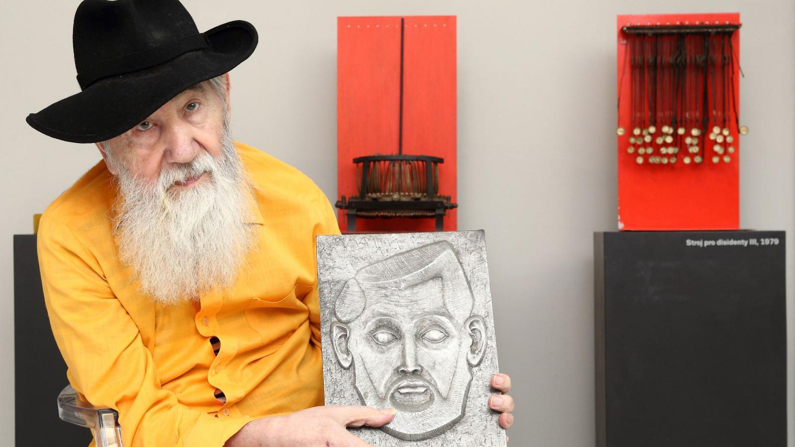Milan Beránek se svým autoportrétem