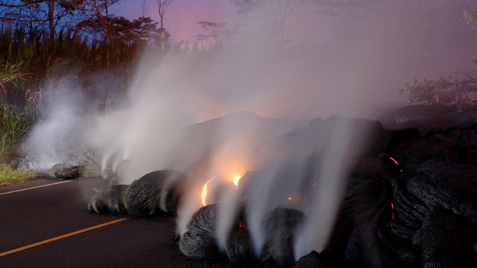 Láva zatarasila jednu z hlavních silnic na havajském Velkém ostrově