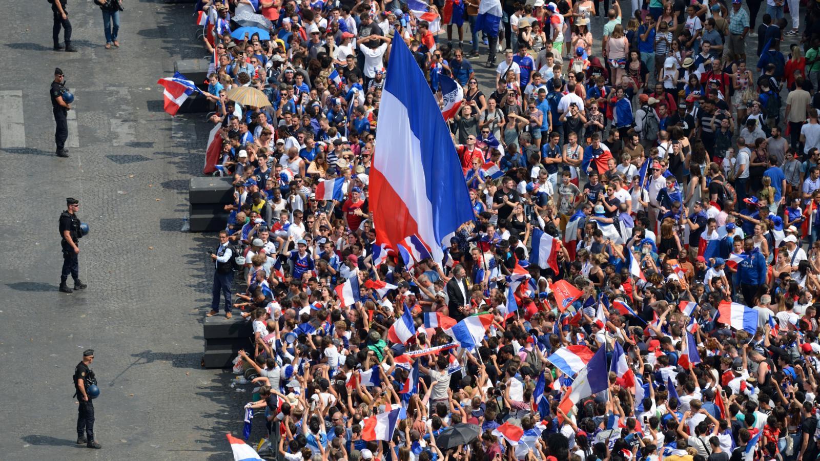 Oslavy fotbalového triumfu v Paříži