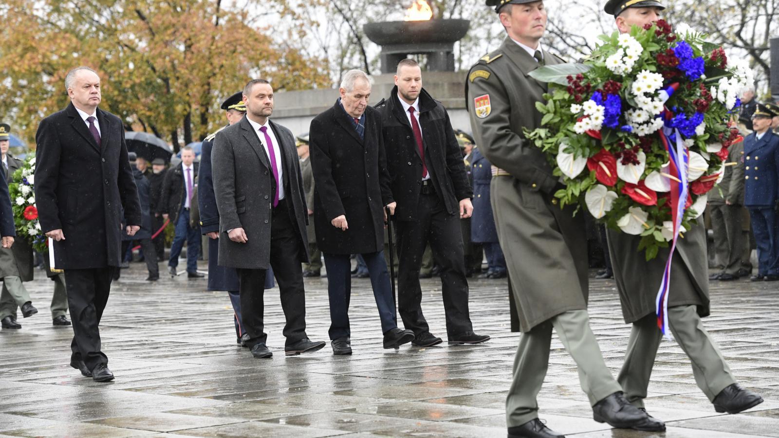 Prezident ČR Miloš Zeman (třetí zleva) a slovenský prezident Andrej Kiska (vlevo) při kladení věnců na pietním aktu