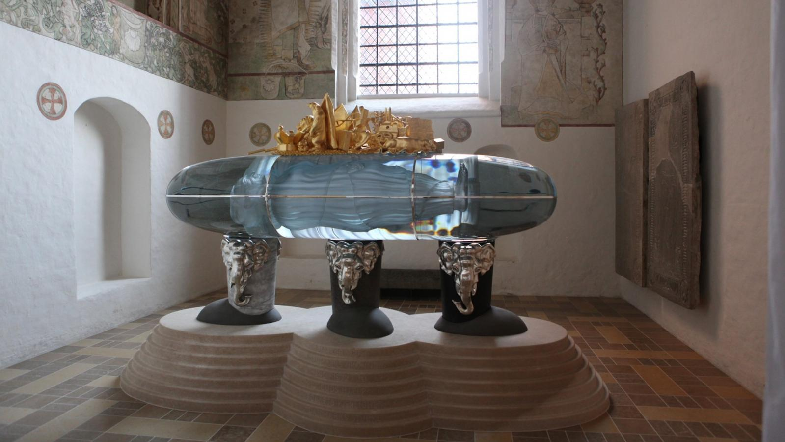 Skleněný sarkofág v katedrále v Roskilde