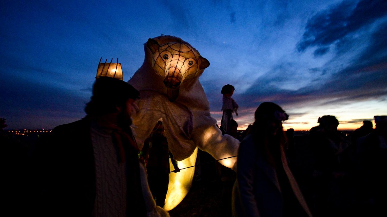 Jednou z nejtypičtějších masopustních maškar je maska medvěda. Na fotografii je zachycen tradiční masopustní průvod z Roztok u Prahy do Únětic.