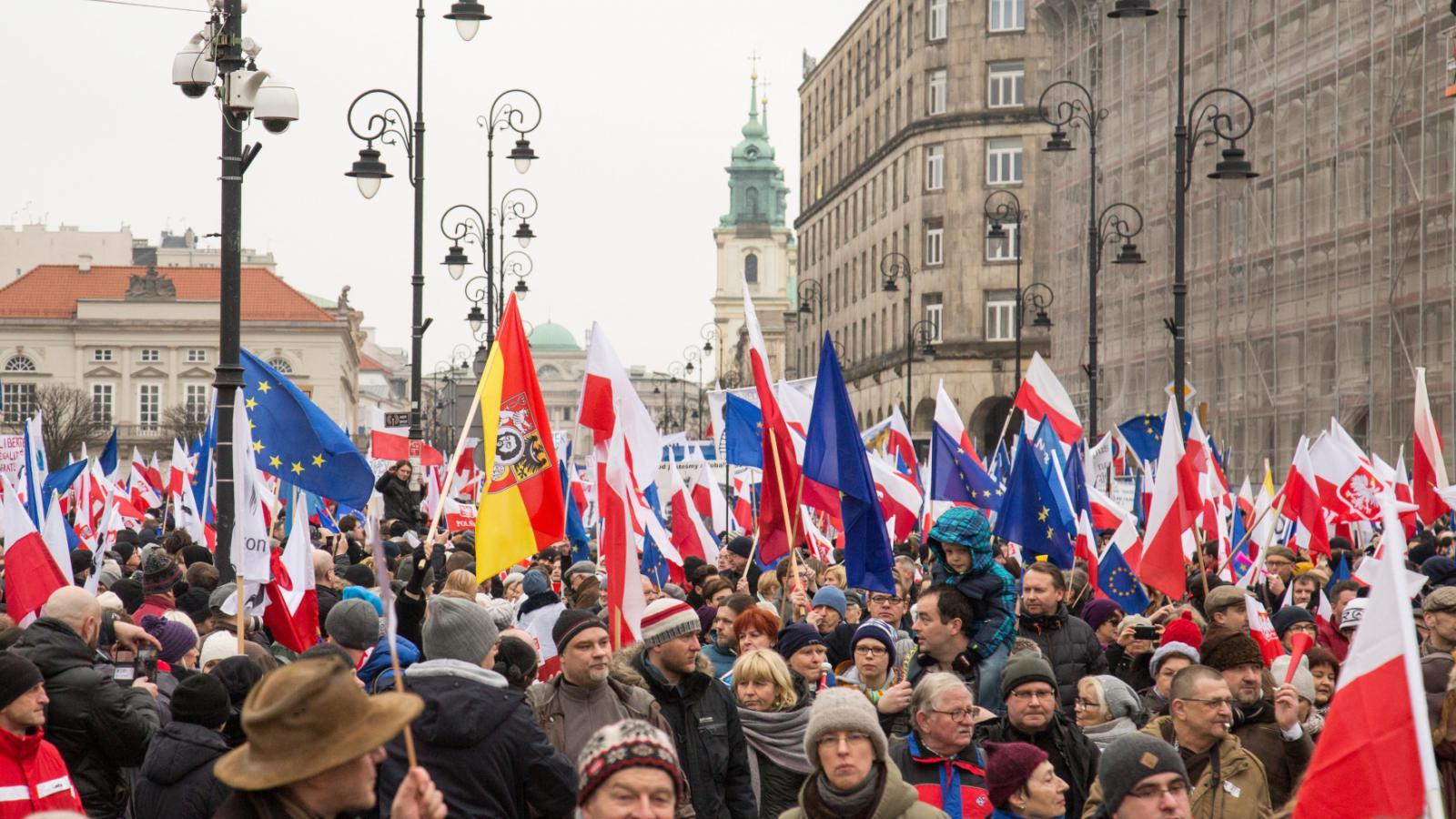 Desítky tisíc protivládních demonstrantů v ulicích Varšavy