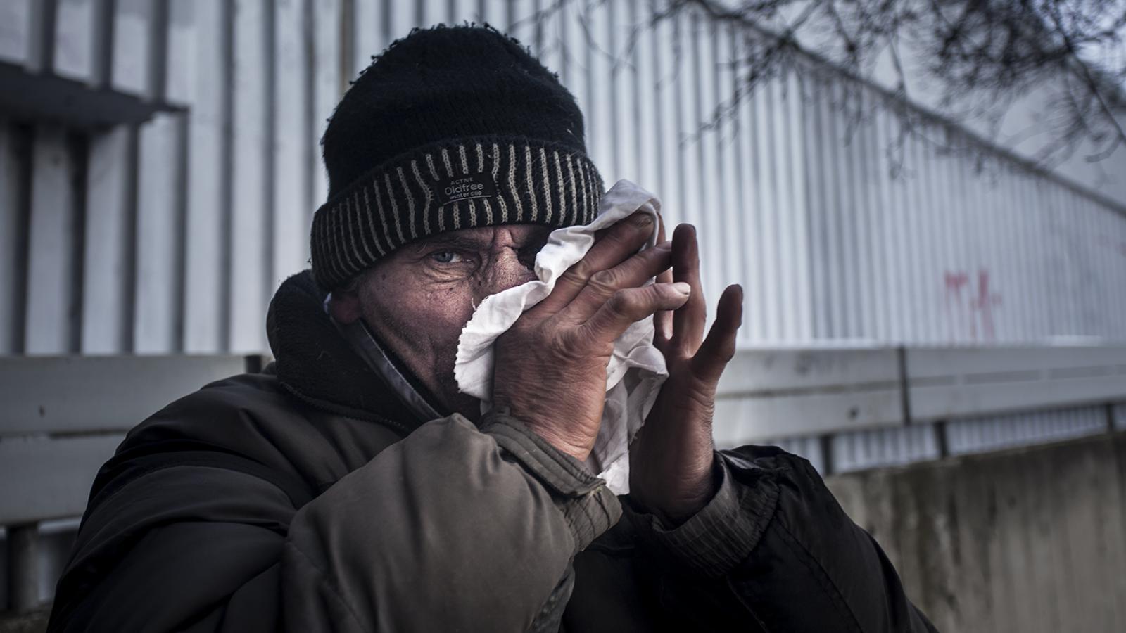 Dnes nad ránem spadla teplota v Praze 7 na -13°C. Jak přežívá tyto mrazy bezdomovec, který získal od radnice ocenění za záchranu lidského života?