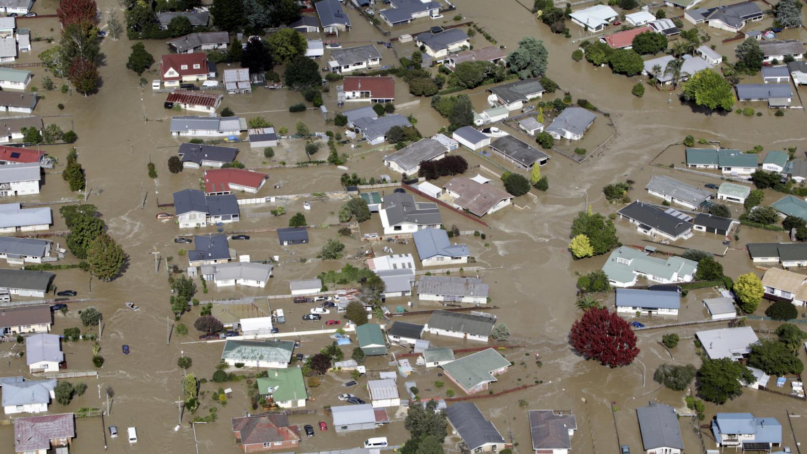 Ulice města Edgecumbe se proměnily v řeku