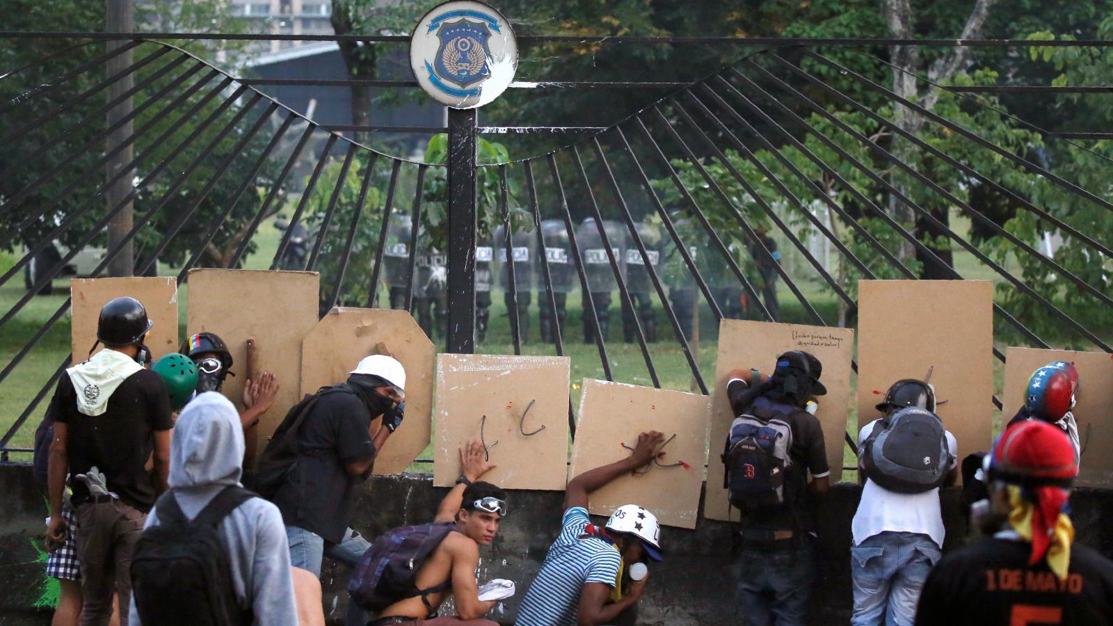 Demonstranti u vojenské základny v Caracasu