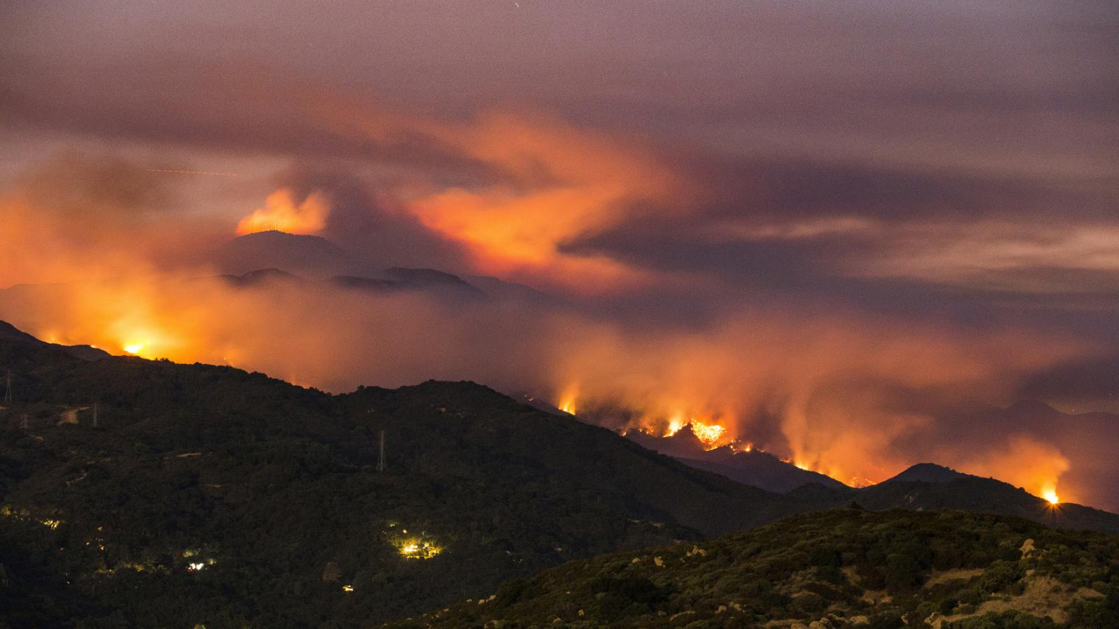 Jižní Kalifornie. Požár v okrsku Santa Barbara