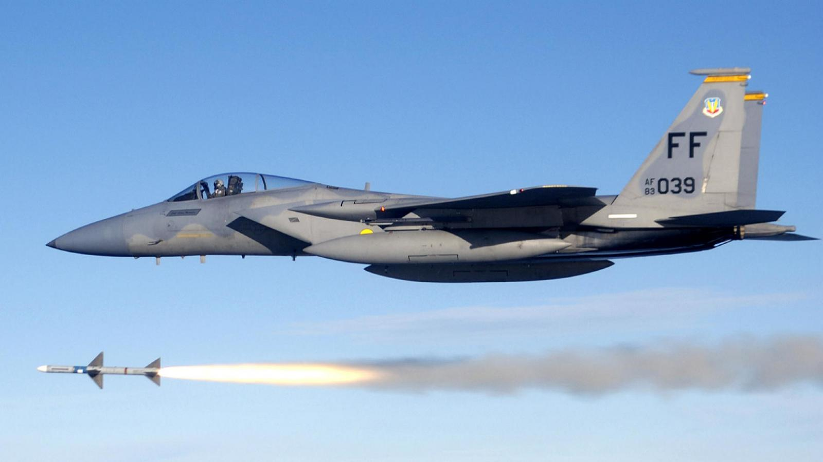 F-15C odpalující raketu AIM-7
