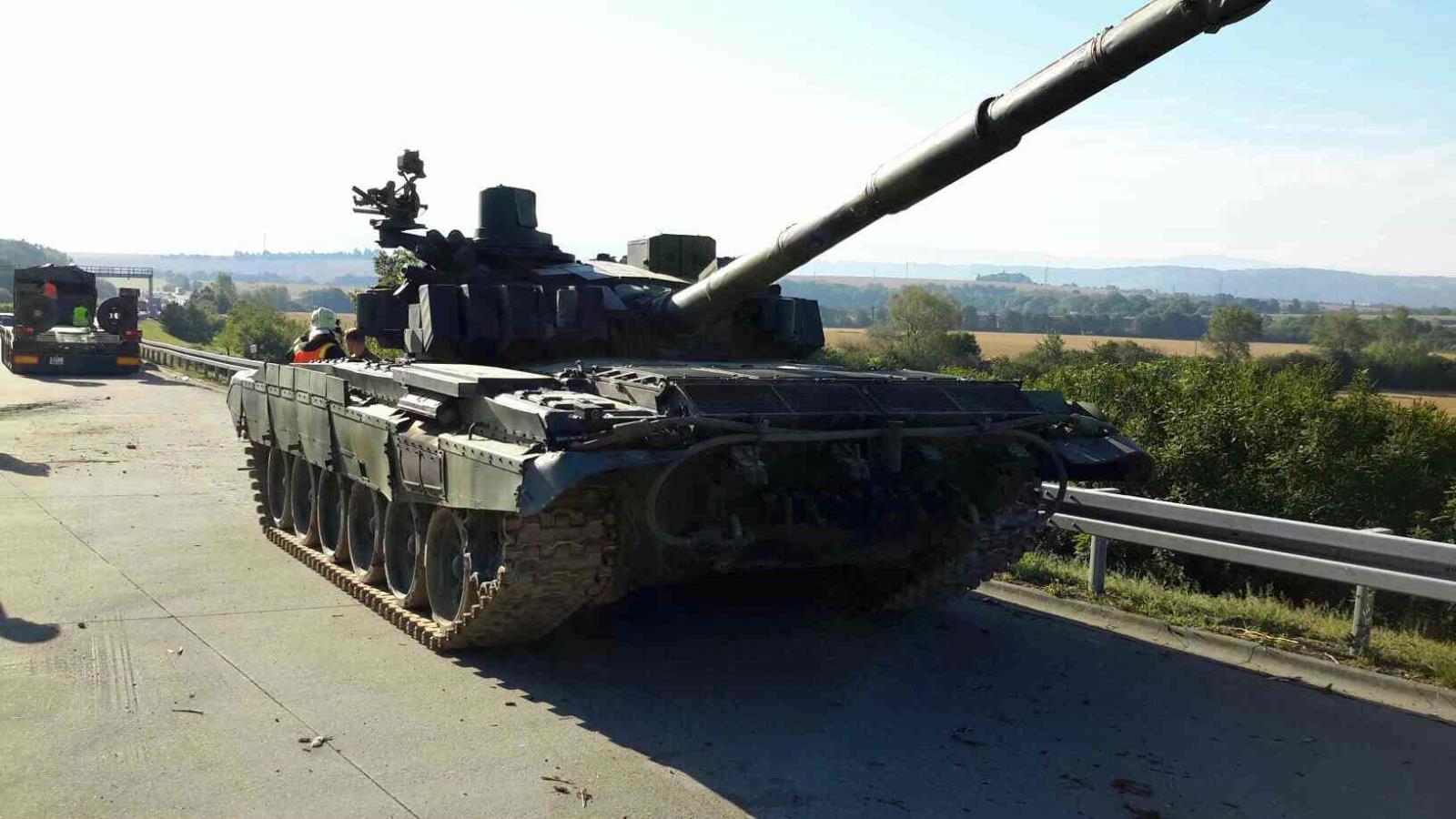 Vojákům sjel na D35 z návěsu tank