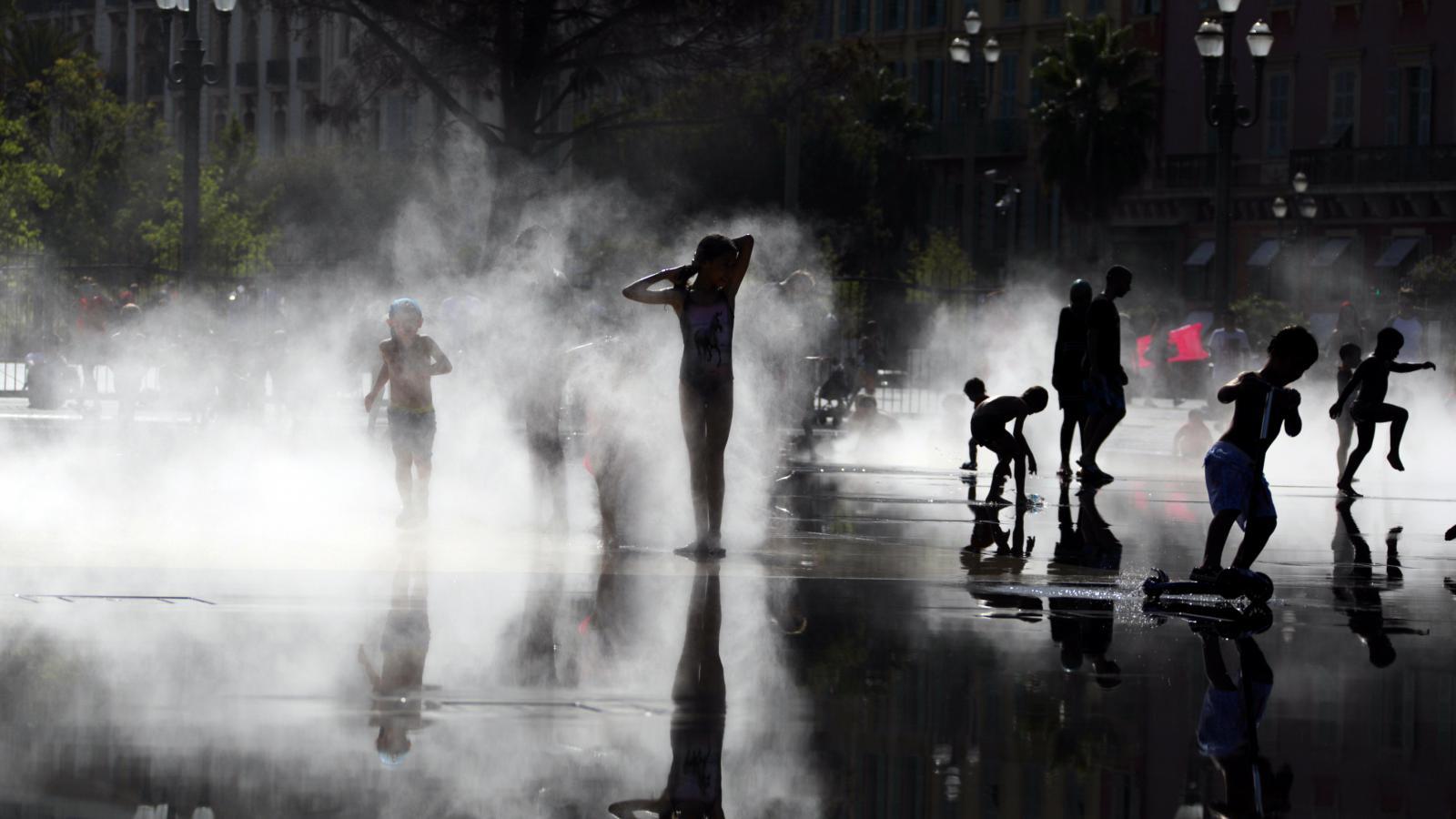 Lidé se ochlazují u rozprašovací v Nantes