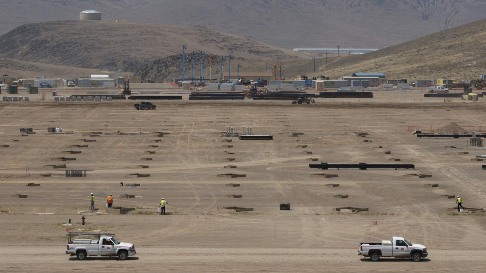 Tesla staví v nevadské poušti obří továrnu
