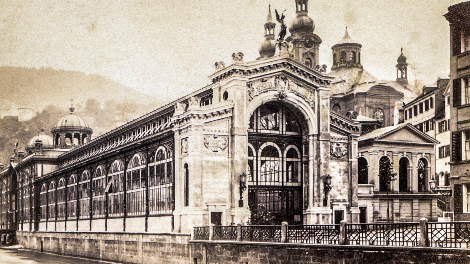 Vřídelní kolonáda v Karlových Varech v roce 1900