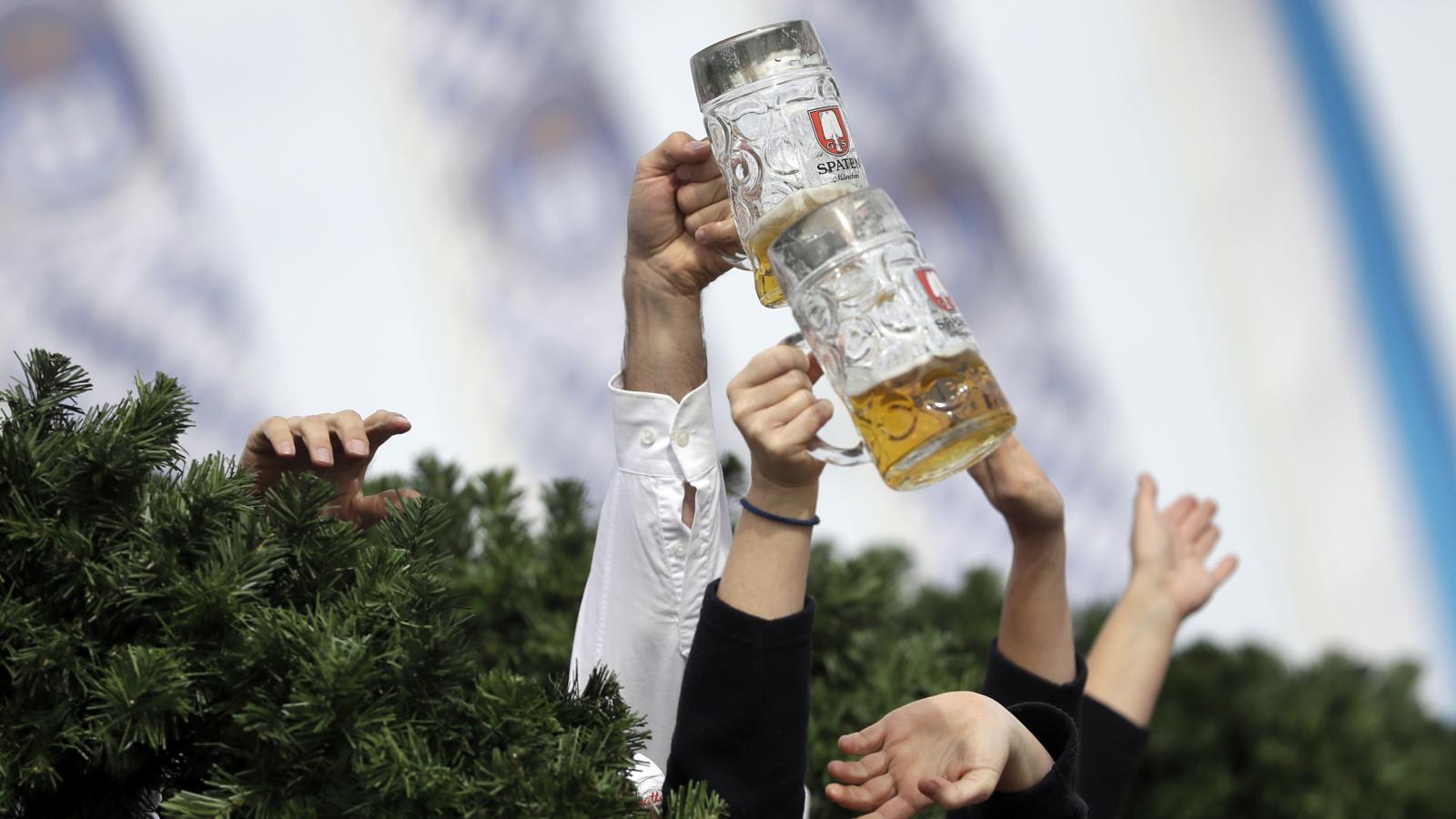 Mnichovský starosta Dieter Reiter slavnostně naráží první sud piva pro 185. ročník Oktoberfestu