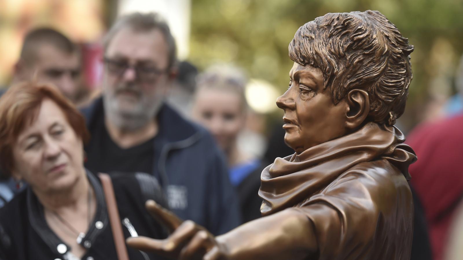 Odhalení sochy Věry Špinarové v Ostravě