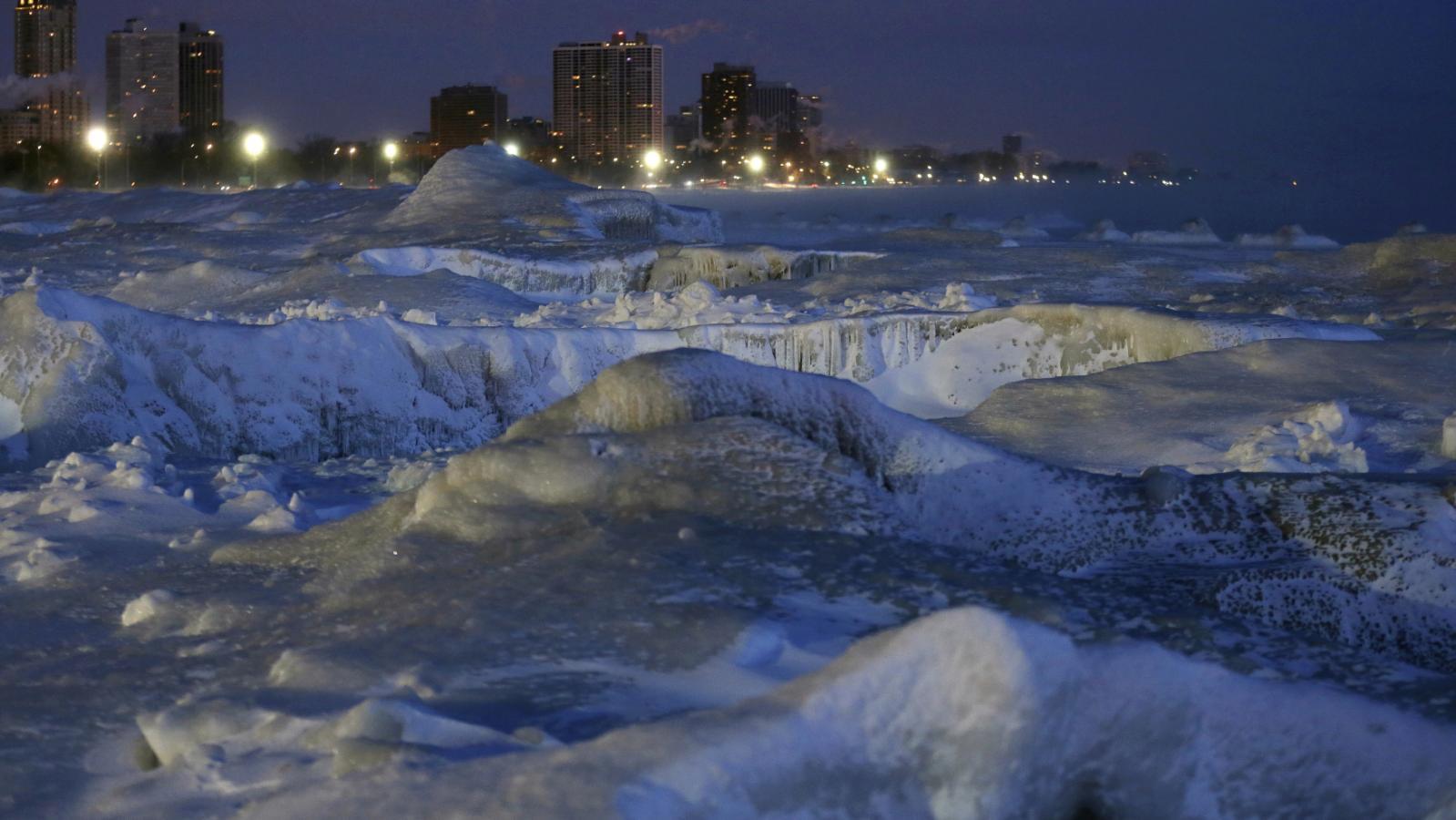 Zamrzlá promenáda North Avenue Beach podél břehu jezera Michigan