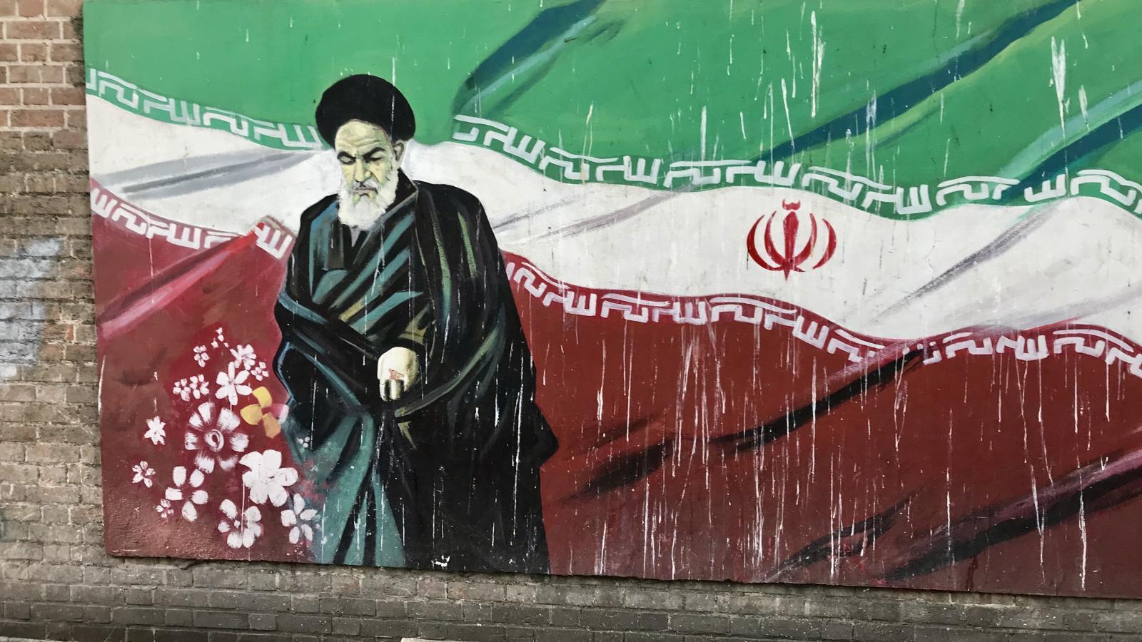 Portrét ajatolláha Chomejního na zdi u bývalé ambasády USA