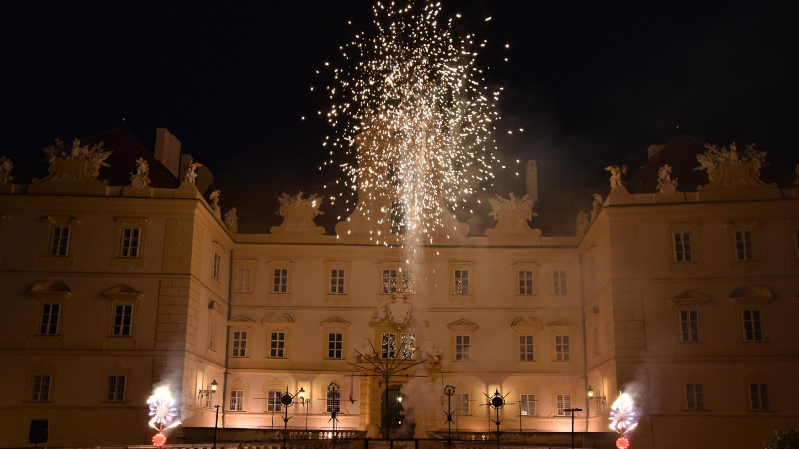Barokní ohňostrojná iluminace na zámku ve Valticích