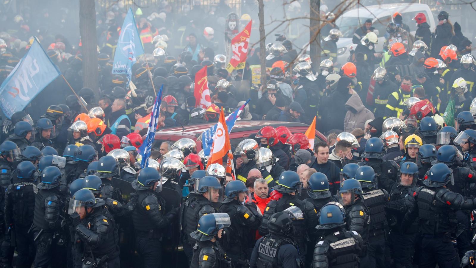 Francouzští policisté zasahují proti stávkujícím hasičům