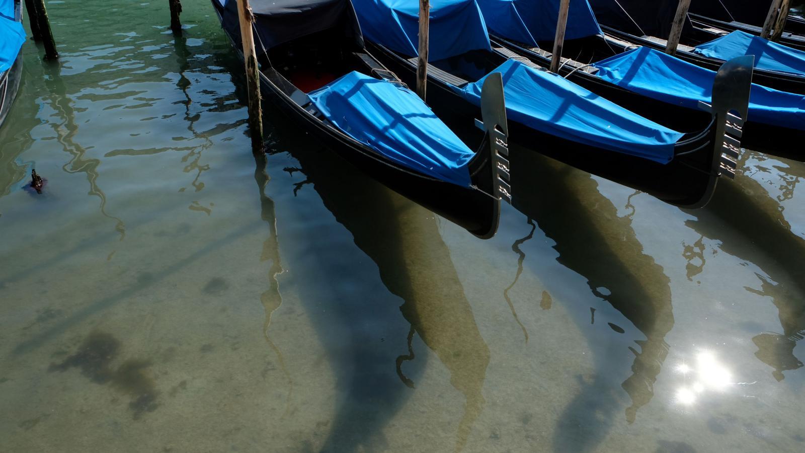 Průzrařná voda v benátských kanálech