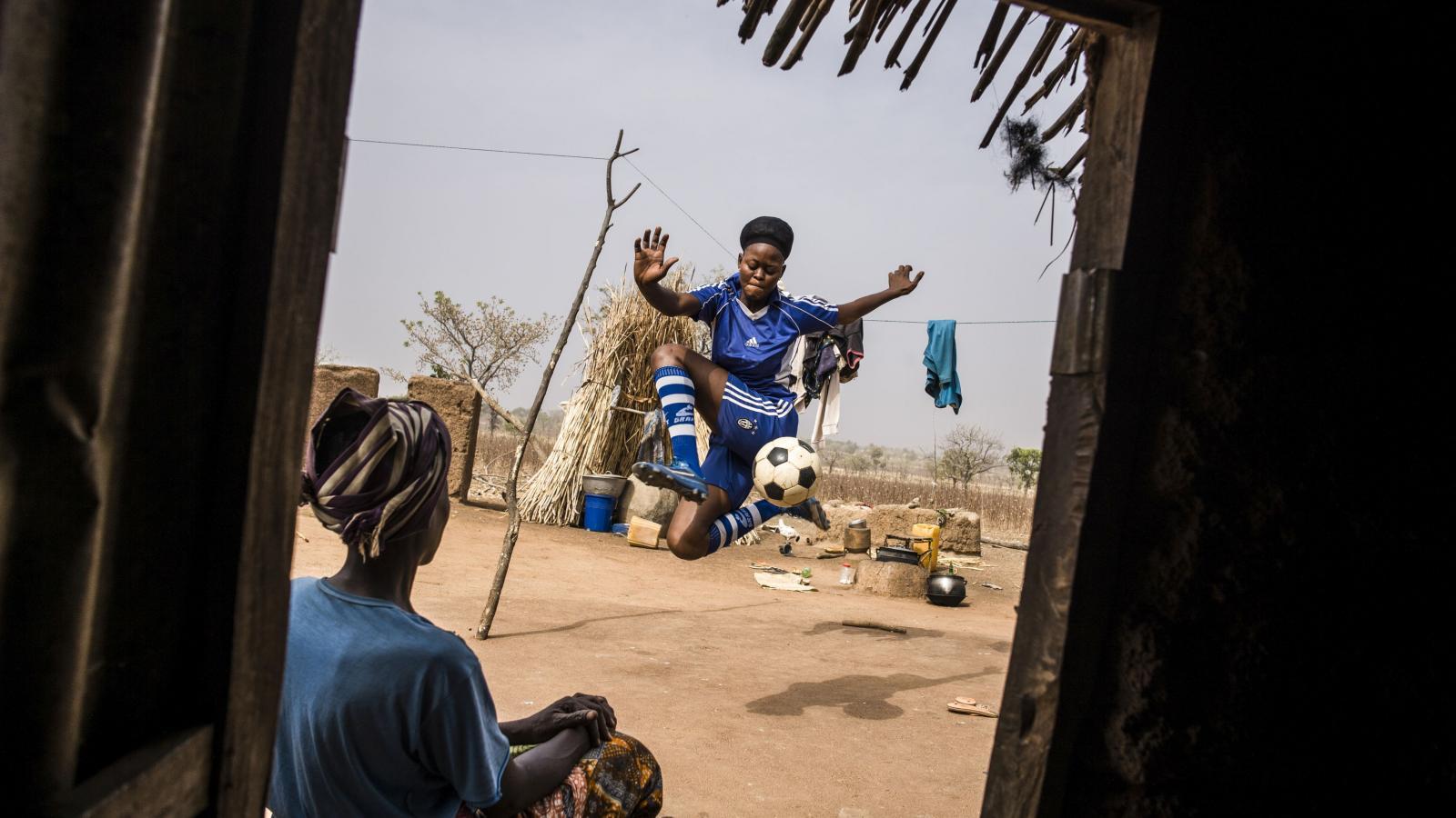 Vítězná fotografie PHOTO OF THE YEAR a GENERAL NEWS: Straight Voice. Mladý muž ve světle mobilních telefonů recituje na protest báseň během blackoutu v súdánském Chartúmu. Demonstranti kolem něj skandují hesla volající po civilní vládě