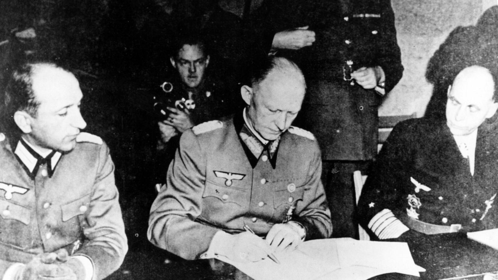 Alfred Jodl při podpisu bezpodmínečné kapitulace nacistického Německa v Remeši