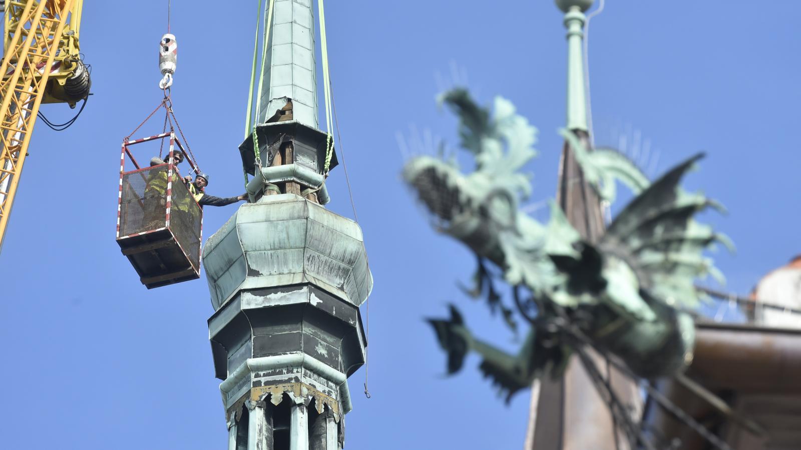 Dělníci rozebírají hlavní věž olomoucké radnice (říjen 2018)
