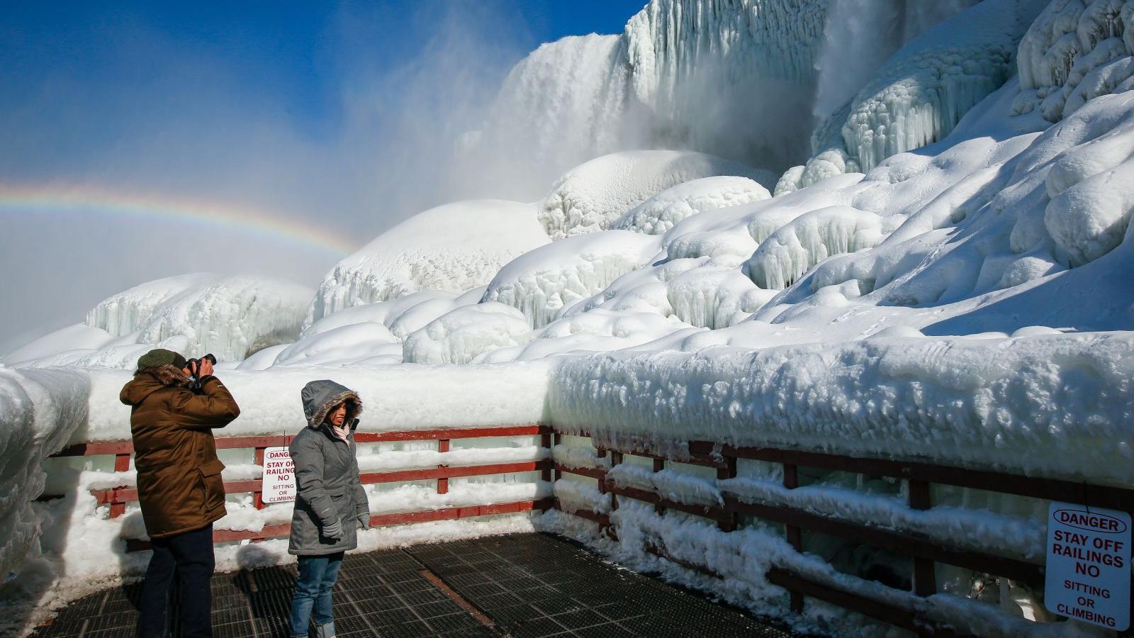Mráz proměnil slavné Niagarské vodopády v pohádkovou krajinu