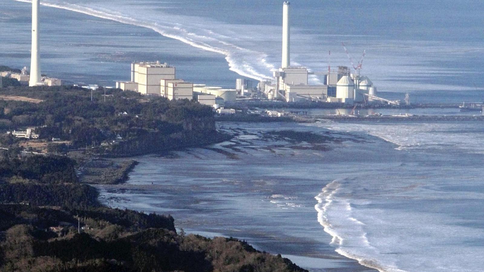 Obrázky, které obletěly celý svět. Oceán se valí na fukušimskou elektrárnu