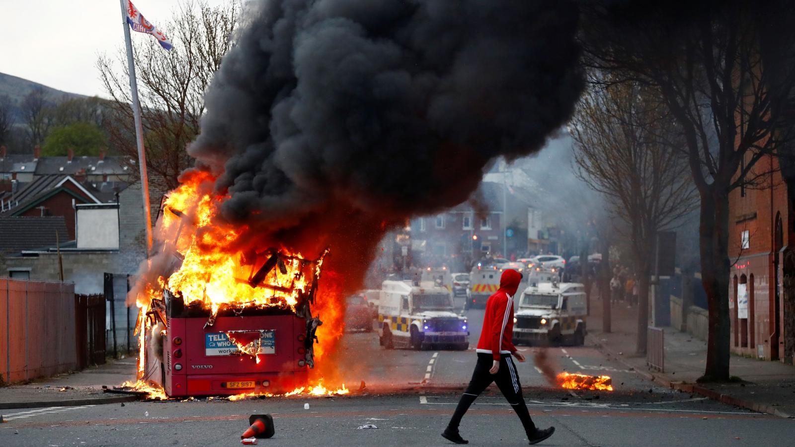 Protestující v Belfastu zapálili autobus