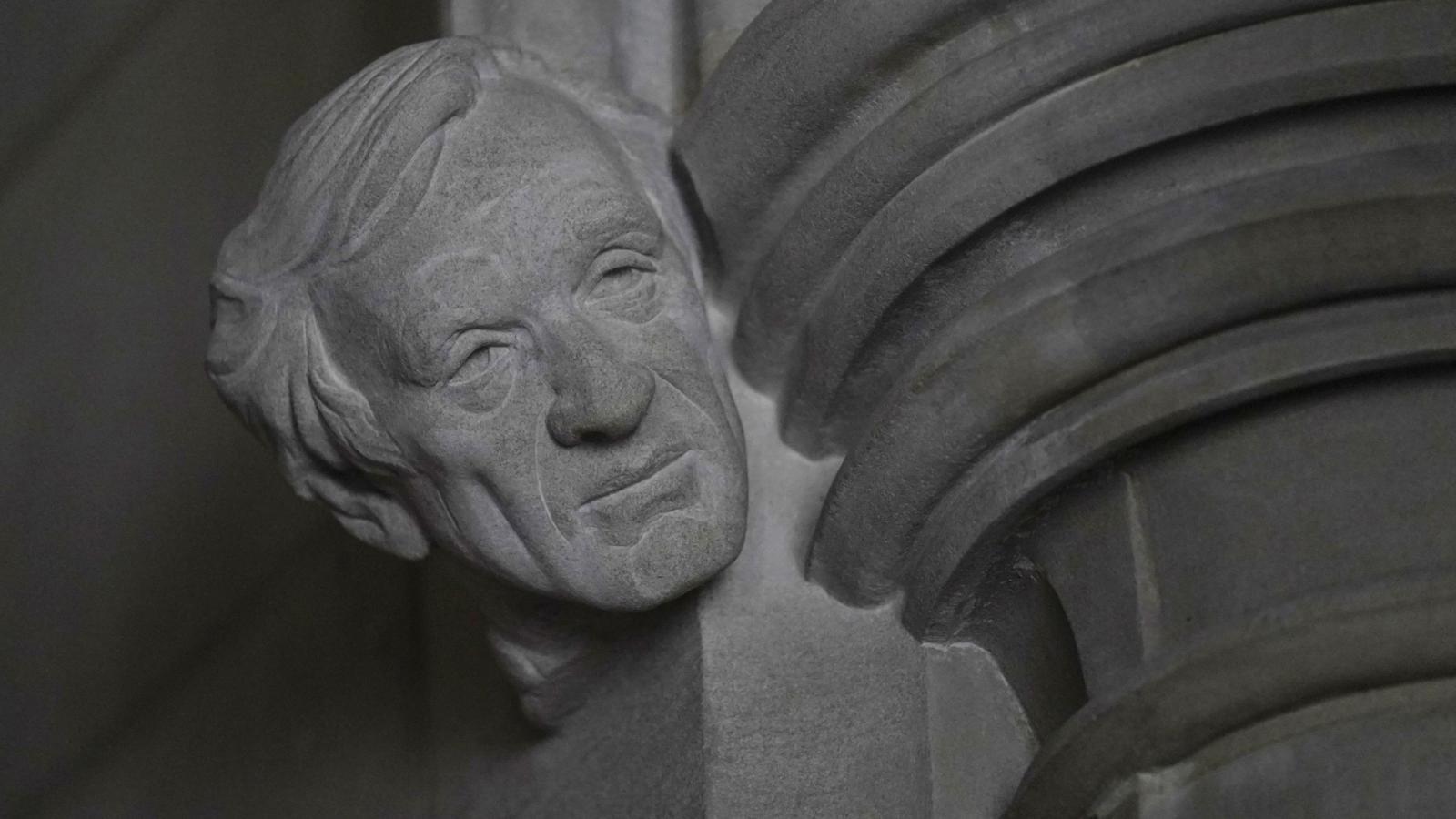 """Sochař Chas Fagan dokončuje plastiku """"posla míru"""" Elieho Wiesela ve Washingtonské národní katedrále v USA"""