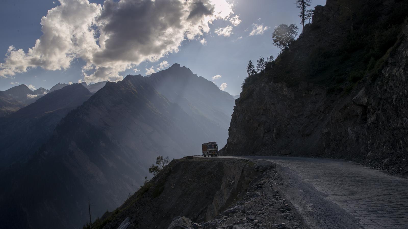 Stavba tunelu Z-Morh v regionu Ladak v indické části Kašmíru zajistí dopravní spojení mezi městy Kargil a  Šrínagar, které je v zimních měsících nedostupné a vytvoří spojnici do sousedního Pákistánu