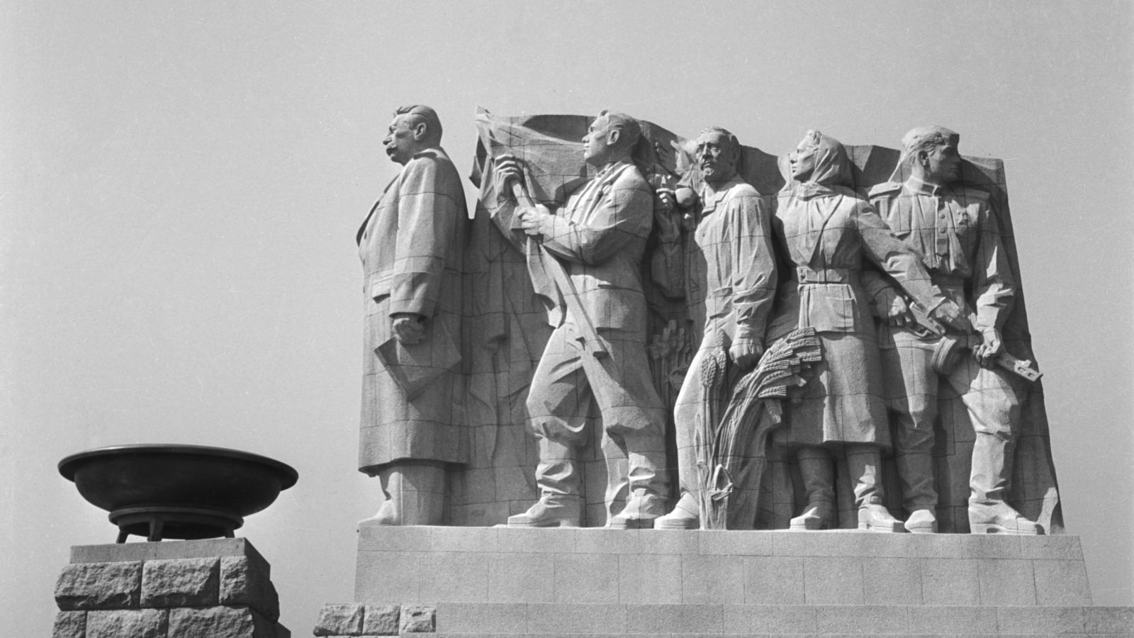 6b689e9a403 Co zbylo po Stalinovi  výstava v podzemí připomínající totality 20. století