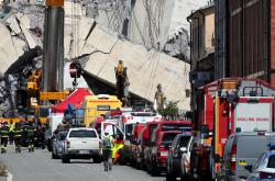 Záchranáři na místě, kam dopadly trosky dálničního mostu