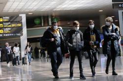 Rodina z Francie na letišti ve Španělsku