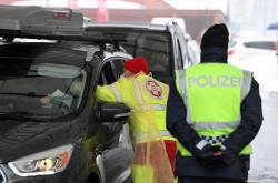 Rakouský zdravotník kontroluje v Brenerském průsmyku přijíždějící osoby
