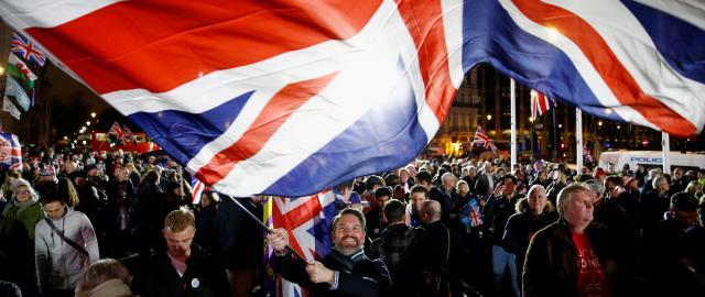 Britská vlajka během brexitové noci v Londýně