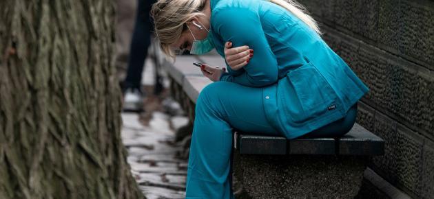 Zdravotnická pracovnice odpočívá poblíž newyorského centrálního parku