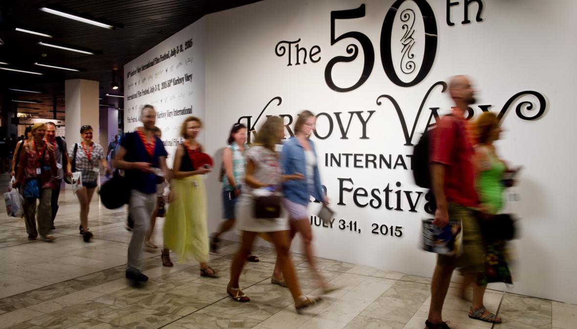 Diváci přicházejí na promítání do největšího sálu hotelu Thermal