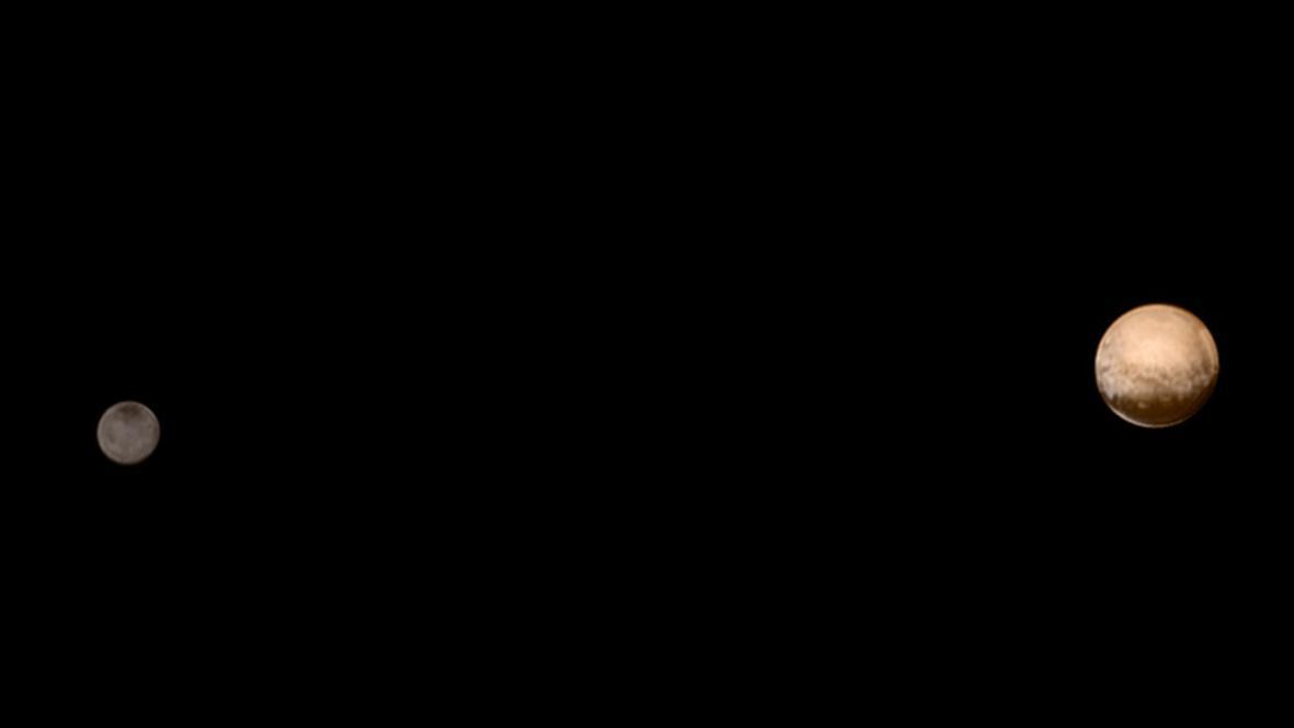 Pluto a jeho měsíc Charon